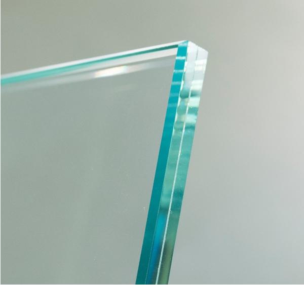 O vidro laminado com película acústica em PVB reduz significativamente o som de um quarto, quando combinado com as esquadrias de PVC