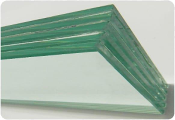 Vidros multilaminados oferecem boa capacidade de reduzir ruídos externos, devido à sua massa.